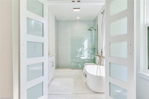 Bathroom Remodeling | Coral flooring & d�cor