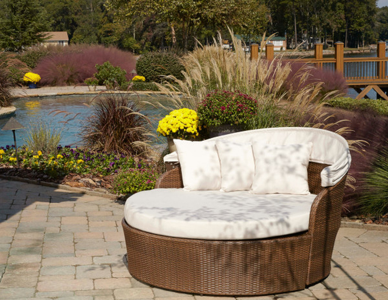 DAYBED & HANGING CHAIR PATIO SEATING